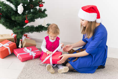 holidays, presents, christmas, xmas concept - happy mother and child girl with gift box 版權商用圖片