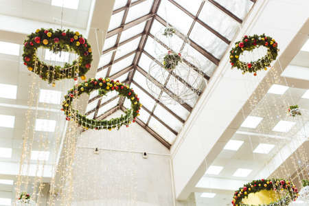 Abstract background of Christmas decor in the mall, airport or station room. Winter holidays. 版權商用圖片 - 155320097
