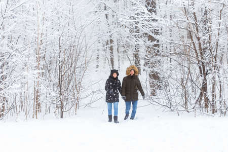 Happy loving couple having fun outdoors in snow park. Winter vacation Banque d'images