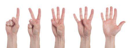 Mani maschili che contano da uno a cinque isolati su sfondo bianco. Insieme di più immagini. Collage
