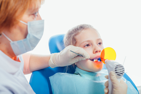 ultra violet: Dentiste �quipements de lumi�re ultraviolette. Enfant