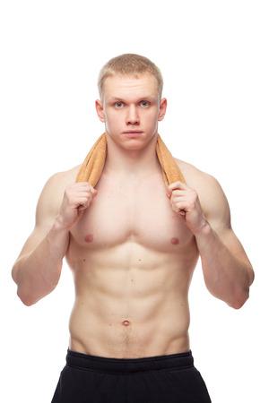 hombres sin camisa: Chico musculoso feliz con la toalla sobre fondo blanco.