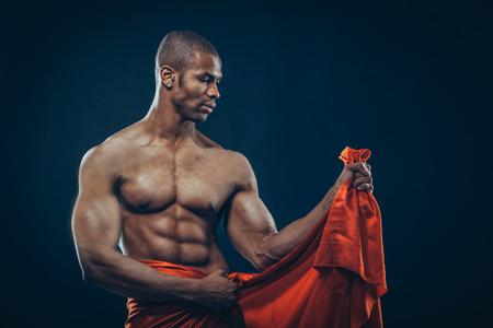 seins nus: Portrait d'un homme athlétique afro-américaine seins nus