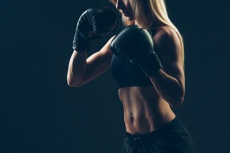 黒背景の赤いボクシング グローブと美しい女性 写真素材
