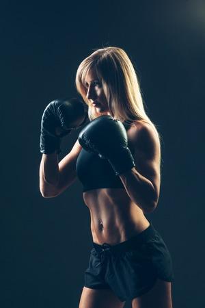 sexy young girl: красивая женщина с красным боксерские перчатки, черный фон