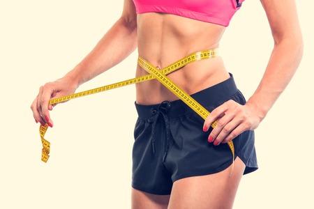 femme en sous vetements: Perdre du poids - mesurer le corps de la femme, centim�tre isol� Banque d'images