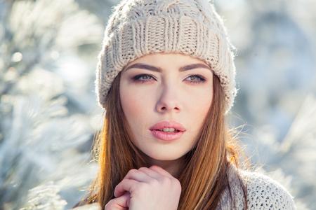 美しい冬の雪に覆われた冬景色の若い女性の肖像画。