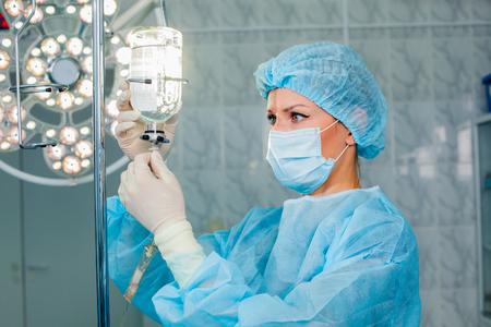 Infirmière réglage perfusion bouteille Banque d'images - 47221556