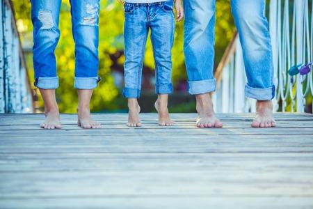 niño y niña: Familia feliz en una caminata en el verano. Niño con padres juntos. Pies Descalzos. Estilo de vida saludable. Papá Mama e hijo. Primavera.