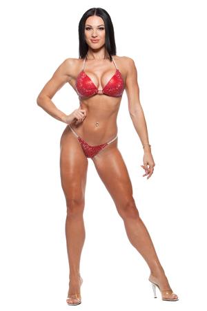 tacones rojos: Foto integral de la mujer deportiva en bikini aislada sobre fondo blanco.