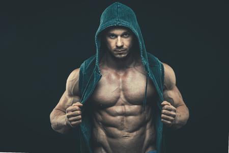modelos hombres: El hombre con el torso musculoso. Fuerte Hombre Atlético Torso modelo de la aptitud que muestra los abdominales