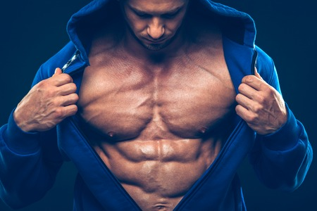 homme nu: Homme avec torse muscl�. Forte Athletic Man Fitness Model Torso montrant six pack abs