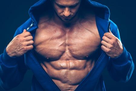 männer nackt: Mann mit muskulösen Oberkörper. Starker athletischer Mann Fitness Model Torso zeigt Sixpack Lizenzfreie Bilder