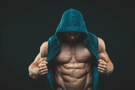 Man met gespierde torso. Sterke atletische mens Fitness Model Torso toont zes pack abs