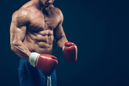 hombres negros: Boxeador muscular en el tiro del estudio, sobre fondo negro Foto de archivo