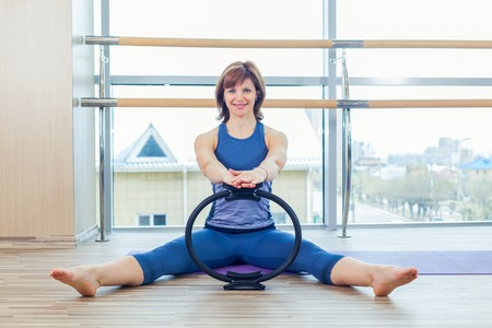 junge nackte m�dchen: Pilates woman magic ring hands exercise workout at gym indoor.