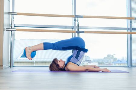 junge nackte m�dchen: Pilates woman stability ball exercise workout at gym indoor.