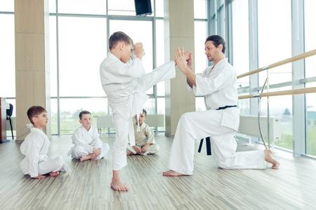 mladý, krásný, úspěšných multi etické karate děti v poloze karate Reklamní fotografie