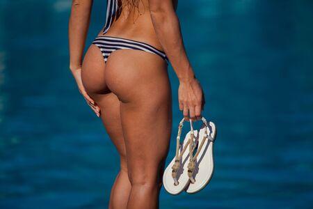 c502b8c023dc Parte Inferior De Las Muchachas Jóvenes En Bikini Rosa Contra El ...