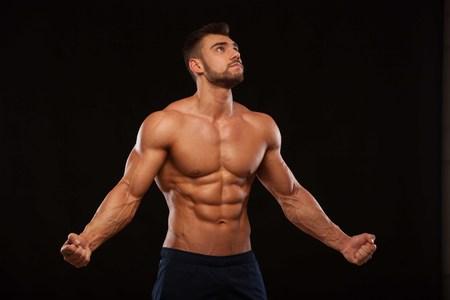 Fuerte atlético Hombre Fitness Modelo Torso mostrando seis pack abs. Aislado en fondo negro con copyspace Foto de archivo - 74285146
