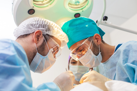 Baldness treatment. Hair transplant. Surgeons in the operating room carry out hair transplant surgery. Surgical technique that moves hair follicles from a part of the head. Stockfoto