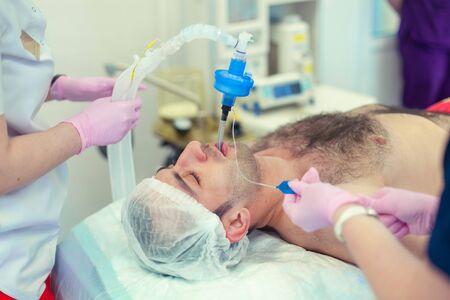 Anestesiólogo realizando intubación traqueal en quirófano. Preparación para la cirugía. Rinoplastia Foto de archivo