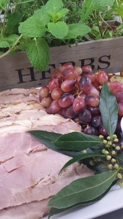 carnes: Plato de embutidos, jam�n tallada con uvas Foto de archivo