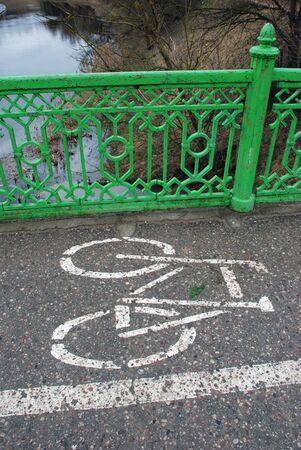 cycleway: pista ciclabile lungo sul ponte attraverso il fiume Neris in Lituania