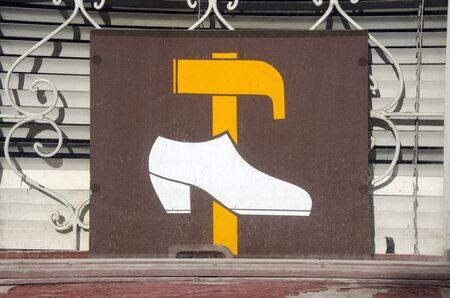 tatter: Reparaci�n de calzado r�tulo en el martillo ventana de amarillo y zapato blanco