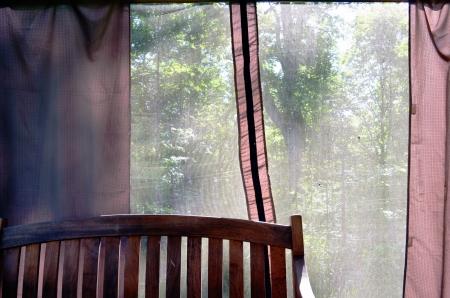 tuinhuis: Zomerhuis bank en uitzicht door de netto Shelter voor rust in de natuur