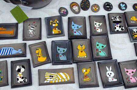 niños juguetones imágenes pequeñas de cerámica con perros sociables, gatos, ratones y dragones Foto de archivo - 17813566