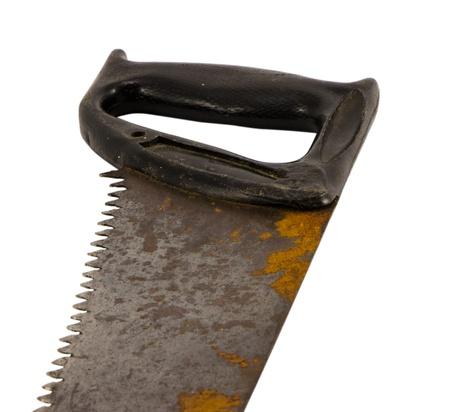 serrucho: mano oxidado retro vio herramienta de sierra de mano con mango de pl�stico aisladas sobre fondo blanco