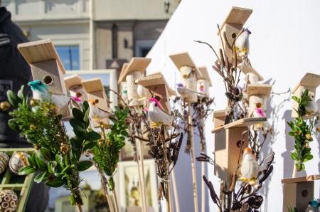 sold small: piccole decorazioni di legno di uccelli case box e piccole figure colorate a mano figura dell'uccello venduti nel mercato all'aperto primavera pasqua fiera.