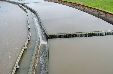 filtraci�n: Primer plano de la etapa de sedimentaci�n filtraci�n de flujo de agua en equipos de la planta depuradora de aguas. Foto de archivo