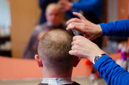 coupe de cheveux homme: un gros plan de l'homme coupe. Salon de coiffure. Banque d'images