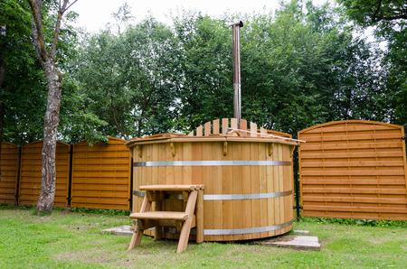 rustikale Holzwasser-Spa Whirlpool mit Treppen im Gartenhof