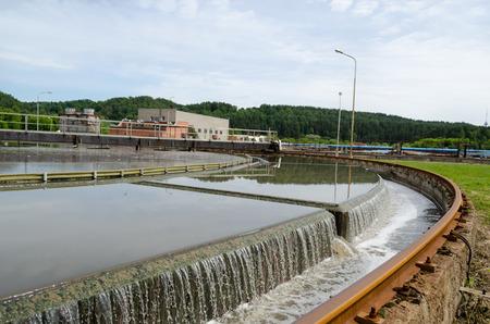 conservacion del agua: Filtraci�n de agua etapa de sedimentaci�n primaria de residuos de aguas residuales en equipos de la instalaci�n de tratamiento. Foto de archivo