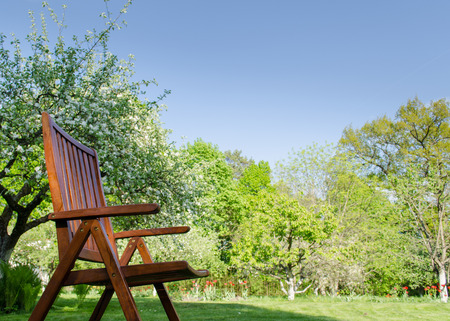 Braune Holz-Gartenstuhl Auf Frühling Garten Baum Hintergrund ...