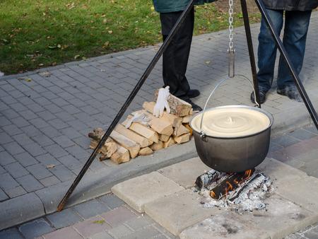 stark: gro�en antiken alten Topf auf Metallstangen stark verdampfen Feuer im Freien