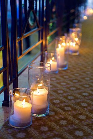 grandes velas en frascos de vidrio de pie en el suelo foto de archivo