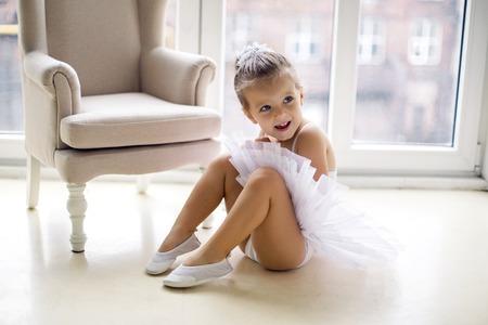 faldas: ni�a bailarina de 2 a�os en el estudio en una ropa de vestir tut� blanco Foto de archivo