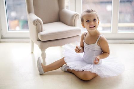 skirts: niña bailarina de 2 años en el estudio en una ropa de vestir tutú blanco Foto de archivo