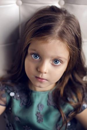 a3985600eb #66226472 - Niña de tres años de edad en un vestido verde de los niños