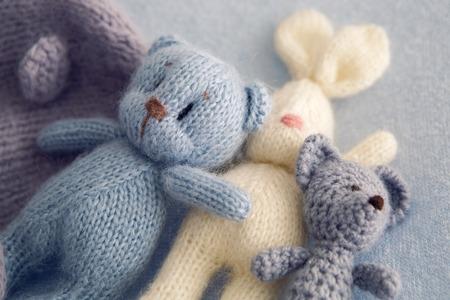 3 개의 부드러운 장난감 곰과 흰 토끼