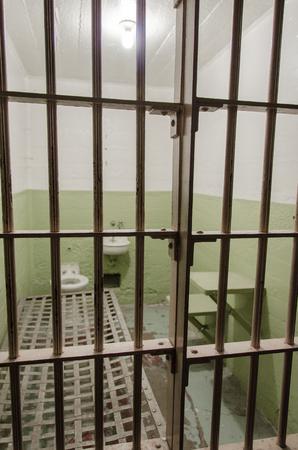 prison cell: Gros plan d'une cellule de prison à la prison d'Alcatraz Banque d'images