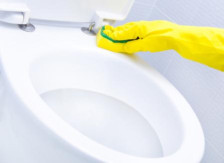 wc: Hände auf Gelbe Handschuhe Reinigung eine WC