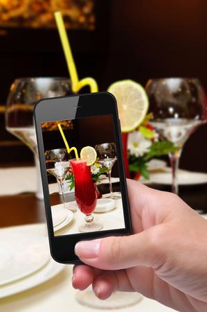tomando refresco: Manos que toman la foto jugo fresco con smartphone