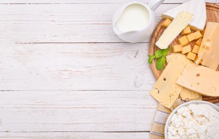 Verschillende soorten kaas met lege ruimte, achtergrond, concept