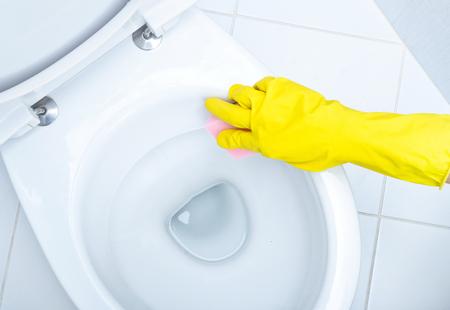 inodoro: Manos guantes amarillo un WC de limpieza  Foto de archivo