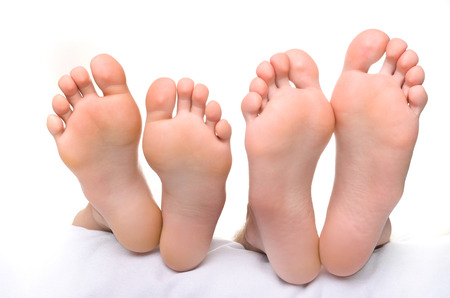 女性の脚と男性の足。